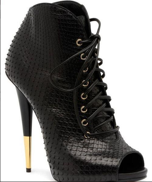 الحذاء الأسود على الموافقة المسبقة عن علم