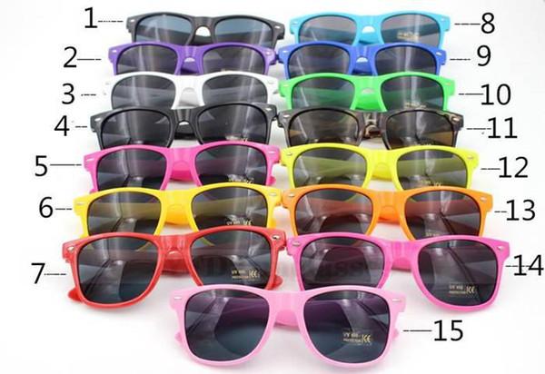 Gafas de sol de estilo clásico de la venta 50pcs Gafas de sol de verano de las mujeres y de los hombres modernos de la playa Gafas de sol multicoloras de la playa