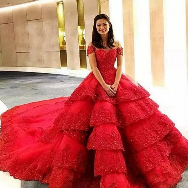 Amazing Red Lace Tiered Evening Gowns Sexy Off Shoulder Ball Gown Prom Dresses Backless Court Train Saudi Arabic Formal Party Dress Vestidos Long