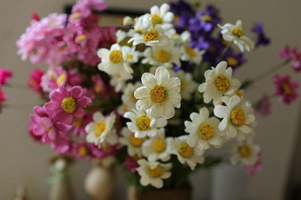 Commercio all'ingrosso 50 pz / lotto PE Real Touch artificiale Chamomile Bouquet di fiori con 5 Supporti 6 Colori per la Casa Giardino Decorazioni di Nozze Spedizione Gratuita