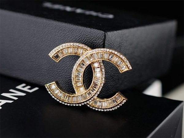 Factory Price Quality Celebrity Design Letter Pearl Diamond Brooch Fashion Letter Star Metal Buckle Brooch With Box