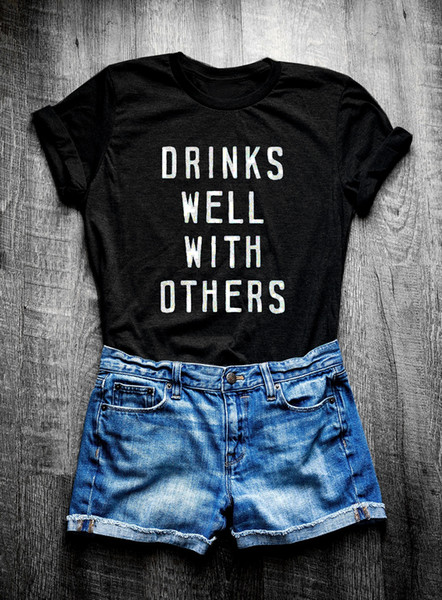 Women's Tee Drinks Well With Others Shirt Wine Beer Day Drinking Funny Drinking Slogan Unisex Tees Funny Women Fashion Tops Tumblr T Shirts