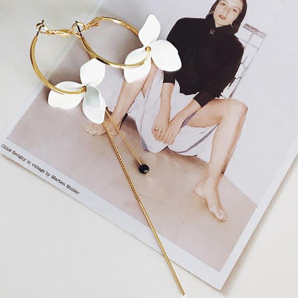 LWONG Zarif Boyalı Beyaz Çiçek Asimetrik Küpe Kadınlar için Altın Renk Küçük Çemberler Küpe Uzun Zincir Bar Asılı