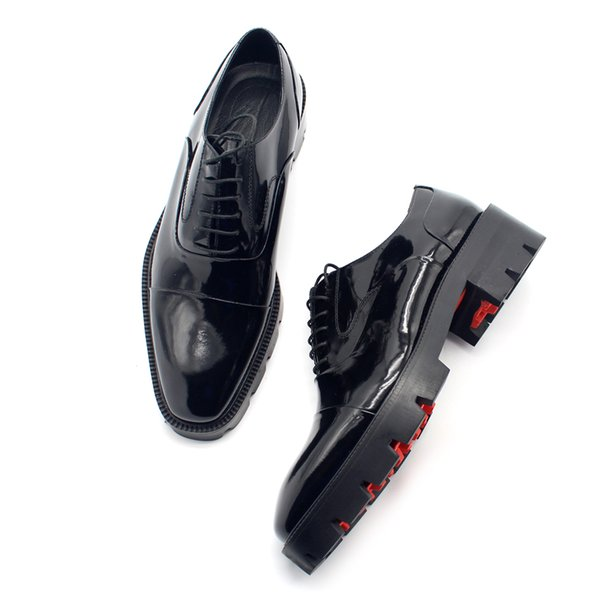 Los zapatos de negocios formales inferiores rojos de los hombres de Oxfords calzan el zapato del banquete de boda