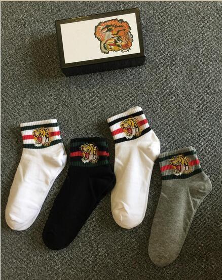 4 Paare / Los Unisexstickerei-Tigerkopf trägt Socken im Freien Hip-Hop-Socken 1 schwarze 2 weiße 1 graue Farbe mit grünem rotem Streifen mit Geschenkkasten zur Schau
