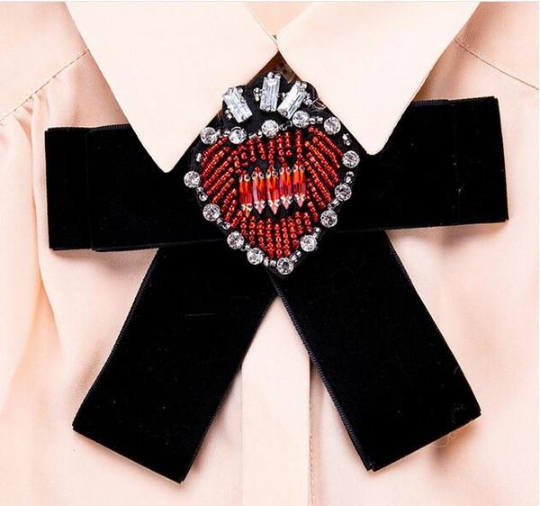 Nueva Marca 2018 Moda Corazón Crystal Pins Bowknot Bufanda Broches Joyería Cloth Clip Mujeres Bijoux Girl Love Party Regalos