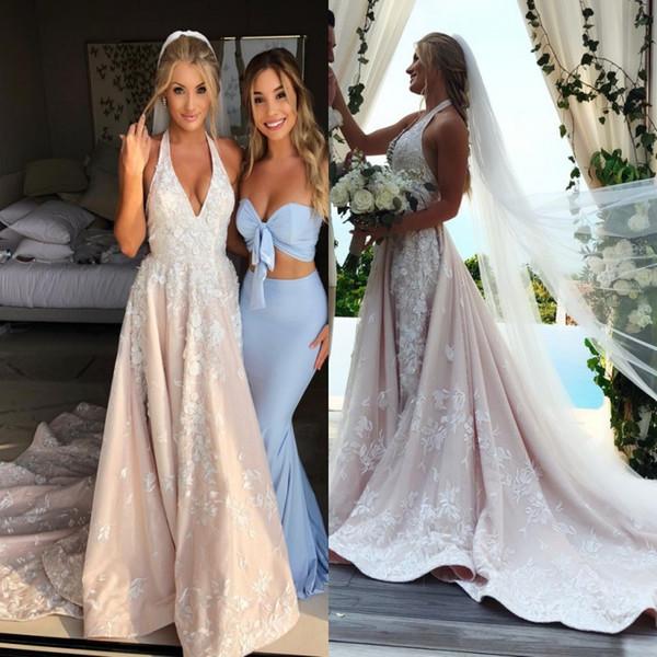 2018 Impresionante encaje Una línea de vestidos de novia Sexy con cuello en V Apliques 3D Vestidos de novia con tren de barrido