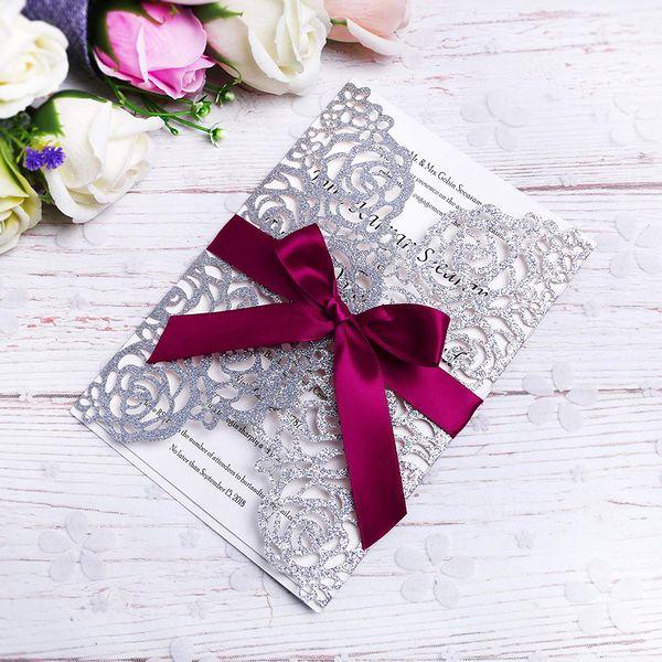 Elegantes tarjetas de invitación cortadas con láser color plata brillante con cintas de color burdeos para bodas Ducha nupcial Compromiso Cumpleaños Graduación negocios