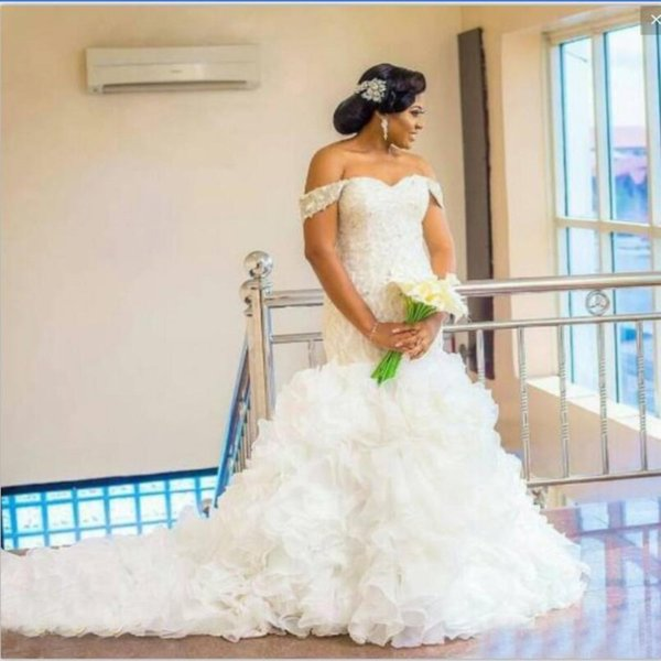 Tallas grandes Vestidos de novia Saudita Africana Fuera del hombro Volantes Perlas Lentejuelas Sirena Vestido de novia Barrido de tren Con cordones Vestidos de novia