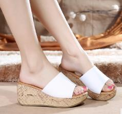 In the summer of 2018 the new model of leather slippers with sponge high-heeled slippers female slippery fish mouth words cool slippers