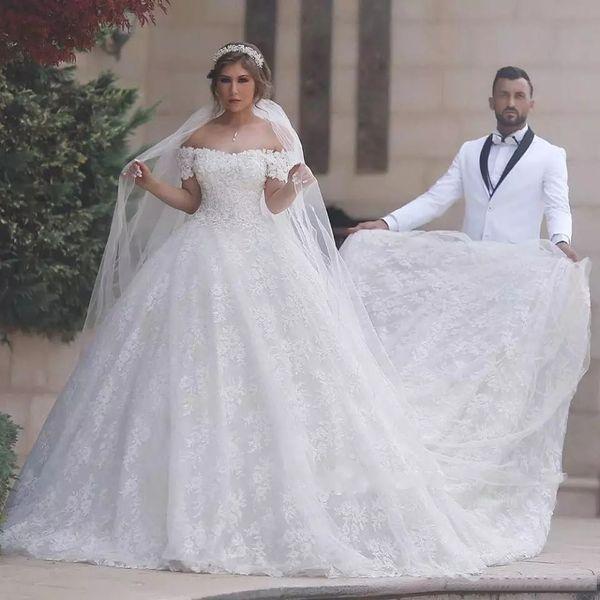 Abiti da sposa in pizzo con abiti da sposa con spalle scoperte. Abiti da sposa