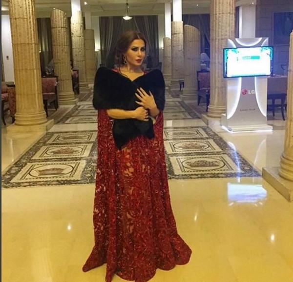 Robes de soirée belle de style arabe avec cape v-cou Une ligne de longueur de plancher en dentelle noire rouge foncé sous des robes pour occasions spéciales