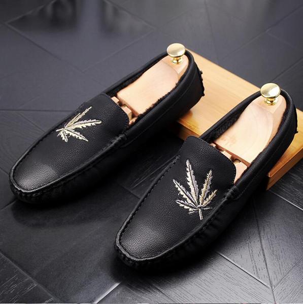 2018 New Style Italie En Cuir Noir Hommes Chaussures De Chaussure Maple Leaf Broderie Hommes Mocassin Prom FlatS Mocassins Slip-on Hommes De Mariage Robe Chaussures S125