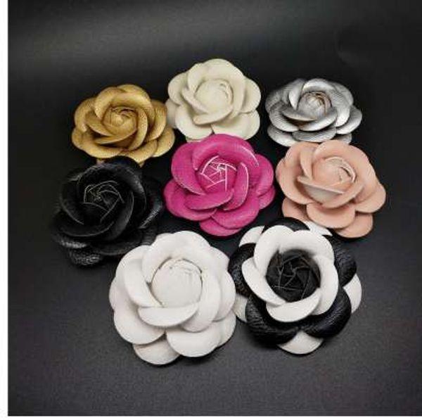 Charm Classic Weiß Rosa Schwarz Kamelie Pin Brosche Qualität PU Leder Blume Frauen Pin Brosche Anzug Pullover Hemd Pin Brosche