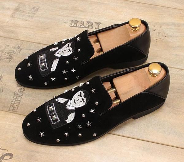 Zapatos de conducción de vestido de terciopelo negro Oxfords planos de los remaches Mocasines Zapatos italianos para hombre Outwear zapatillas de deporte de la pista Zapatos
