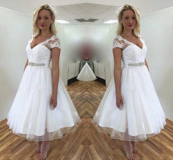 Abiti da sposa in pizzo corto con maniche corte scollo a V cintura con perline Una linea da tè lunghezza spiaggia abiti da sposa su misura DH4150