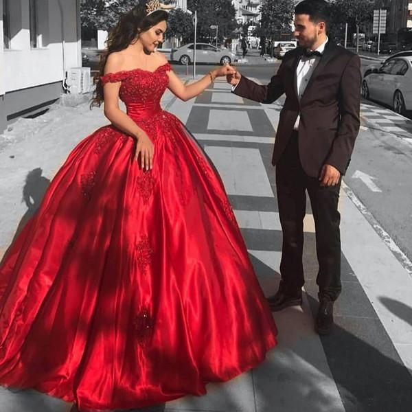 Мода Корсет Quinceanera Платья С Плеча Красный Атлас Вечерние Платья Милая Блестками Кружева Аппликация Бальное Платье Выпускного Вечера Платья