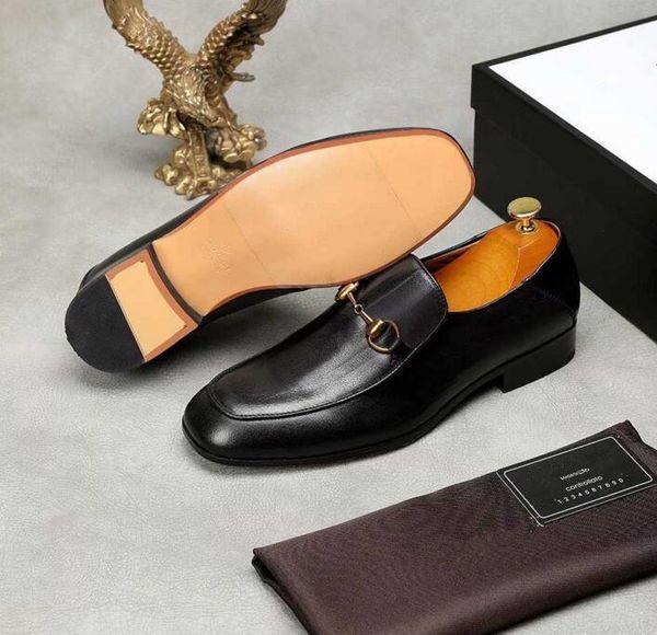 Los hombres más nuevos de lujo de la manera zapatos de flores bordadas de metal los zapatos formales del hombre para el regalo de Navidad del negocio de la boda del Homecoming