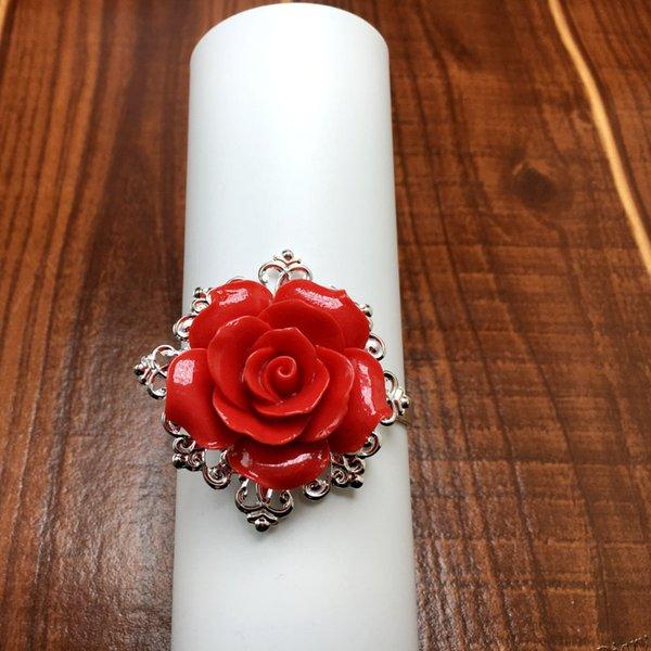 Al por mayor-50 unids / lote Rosa Roja Servilletero Aros de plata Romántica Bonita apariencia de escarda Decoración de mesa