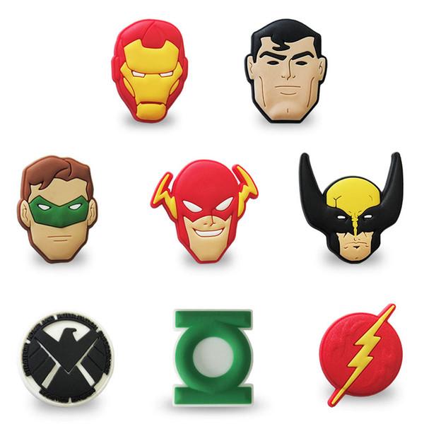 MOQ = 25 UNIDS Avengers Logo PVC Figure Icon Broches Insignias Pin lindo pero ton Badges Pinbacks School Bag Ropa Cap Accesorios de moda Regalo