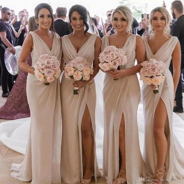 Champagne V Neck Barato País Bridesmaids Vestidos 2019 Bainha Ruched Alto Dividir Após a Festa Olhar Maid of Honors Vestidos Wedding Guest Wear