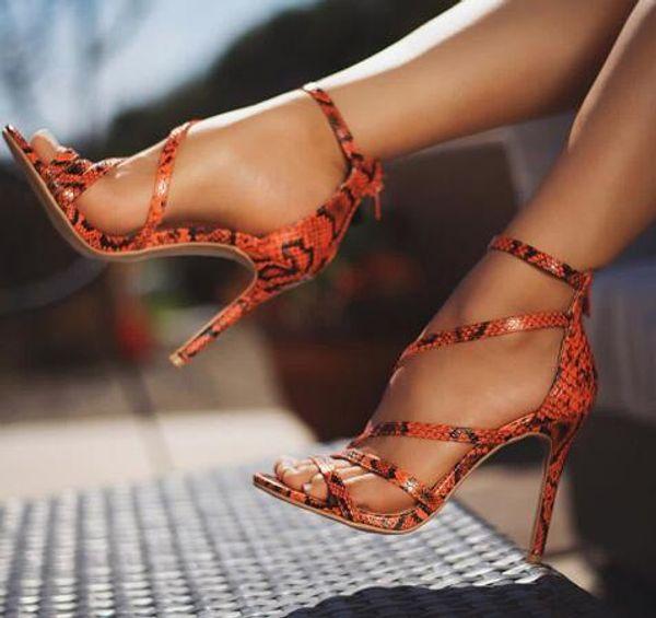 Alta calidad famosa marca de piel de serpiente patrón de la PU correa cruzada tacón sandalias de señora Fashion Show Party zapatos de piel de animales salvajes