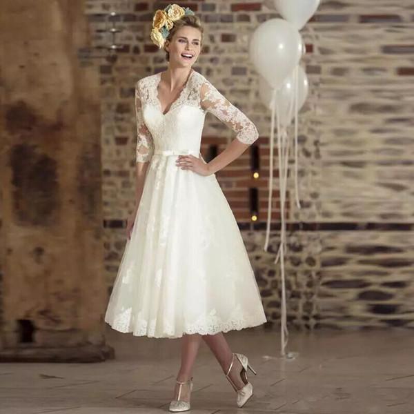 Vintage 1950er Spitze Brautkleider tiefem V-Ausschnitt Tee Länge Sheer Eine Linie Appliques Garten Brautkleider Dreiviertel Sleeves nach Maß