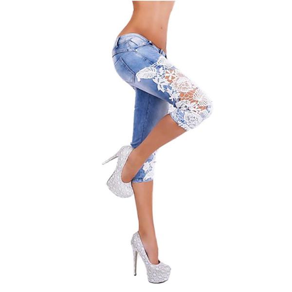 2018 Mujeres Light Blue Denim Crochet Lace Hollow Out Sexy Piernas Flacas Lápiz Elástico Jeans Cortos Hasta la Rodilla Jeans Más Tamaño