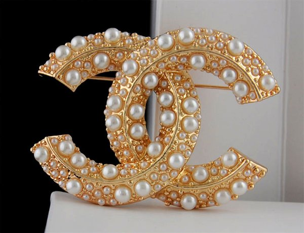 Top Quality Celebrity design Letter Pearl Chain Brooch decorations Fashion Metal Letter diamond brooch Jewelry With Box