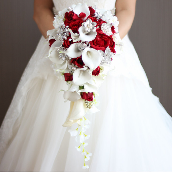 Cascada Flores de boda rojas Lirios blancos Ramos de novia Perlas artificiales Ramos de novia de cristal Ramo De Mariage Rose