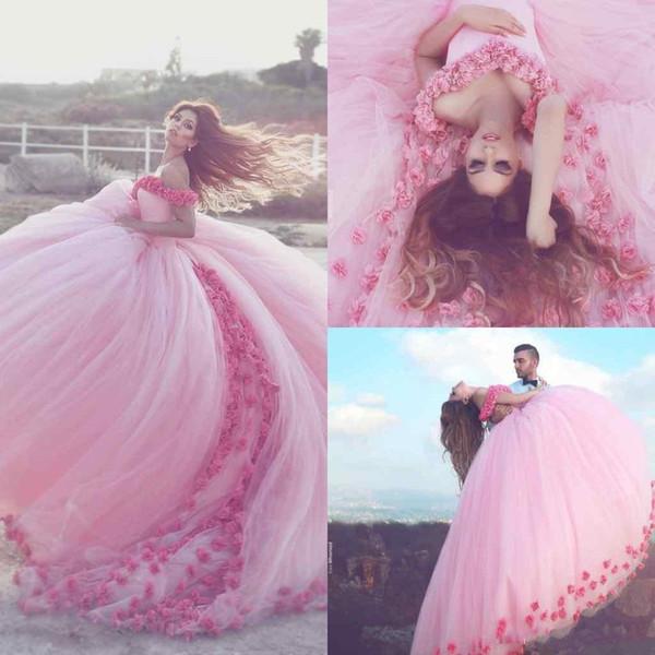 Abiti Quinceanera 2018 Off spalla lunga arruffato rosa cappella treno principessa abiti da ballo romantico spiaggia abiti da sposa con fiore 3D