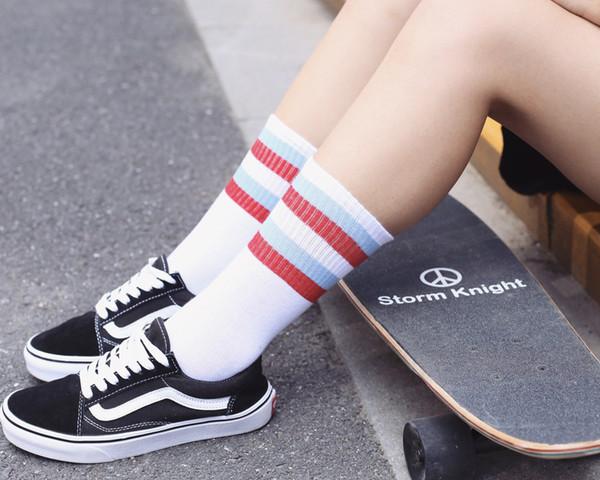 Hip -Hop Harajuku Sweet Couples Socks Fashion Korean 3 Color Stripe Sport Letter Print Stocking White Blue Red Colored Skateboard Socks