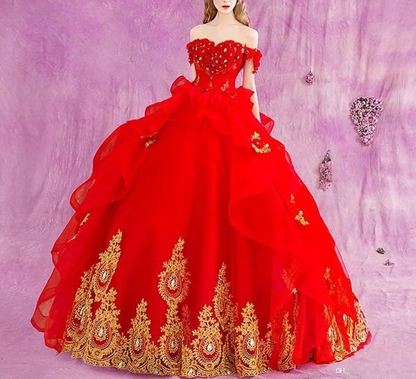2018 Hot Red Ball Gown Quinceanera Abiti con applicazioni in oro Off spalla Sweep treno 3D Flower Ruffles Prom Party abiti per Sweet 15 Q30