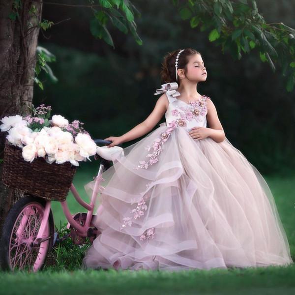Robes de demoiselle d'honneur incroyable robe de bal sans manches pour mariage perlée à niveaux enfant en bas âge Pageant robes Tulle Appliqué Sweep train enfants robe de bal