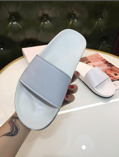 The 2018 black and white Paris slippers are in fashion with flat-bottomed flip-flops