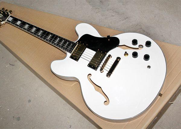 Chitarra elettrica all'ingrosso bianca a corpo cavo con fissaggi dorati, pickguar nero, tastiera in palissandro, offerta personalizzata come si desidera