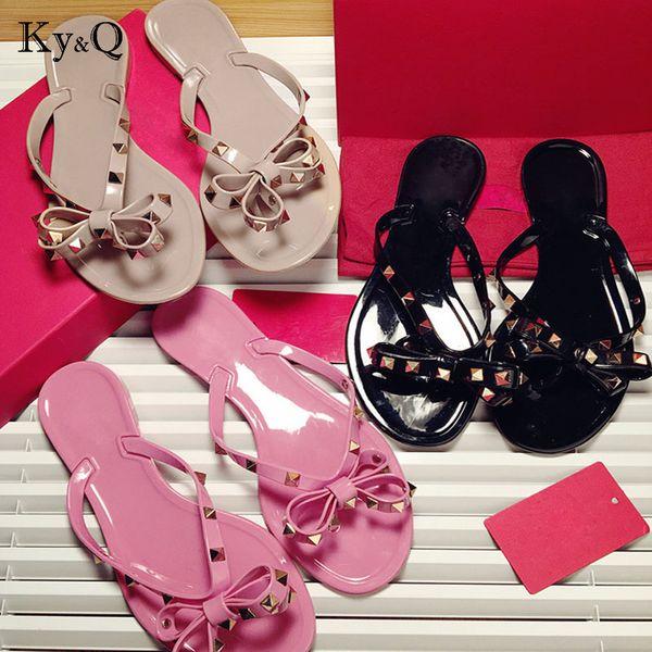Marcas Mujeres Remaches Nudo del arco Zapatillas planas Sandalias Chanclas Zapatos de verano con tachuelas Cool Beach Slides Jelly Shoes 35-41