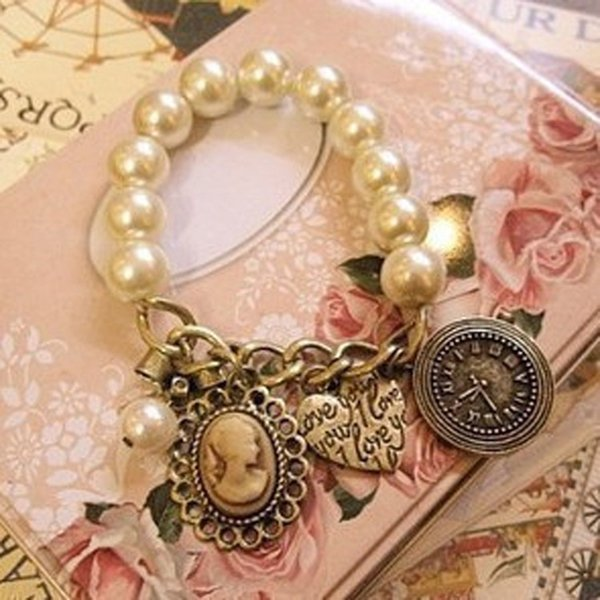Vintage Full White Simulated Pearls Chain Queen Head Arabesquitic Heart Clock Sweet Bracelets For Women