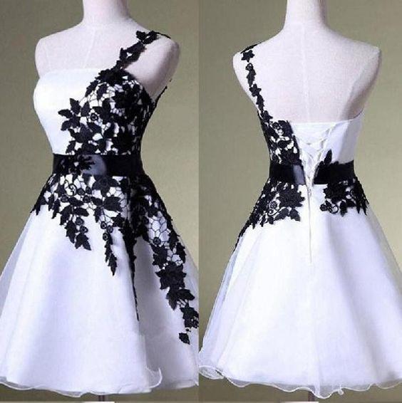 Vestido de fiesta corto blanco con un hombro y encaje negro