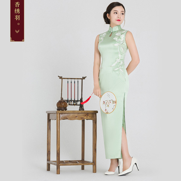 Fragrant embroidered feather silk embroidered cheongsam 2018 new handmade embroidered collar long cheongsam skirt Chinese banquet gown