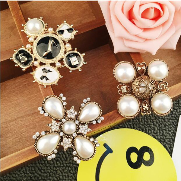 2018 fashion small fragrance bow pearl crystal pearl brooch Korean jewelry women's shirt brooch buckle collar buckle Korean version R123