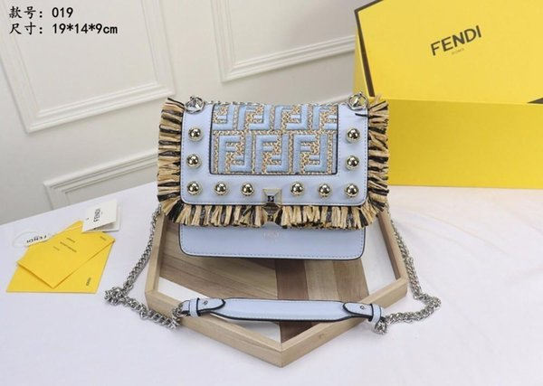 2018 new bag, stylish and unique, interior design, with a pocket, leather chain shoulder strap, can be worn back or hand