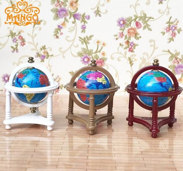 Miniaturas de casas de bonecas globo do mapa do mundo em um stand de madeira de mogno 12