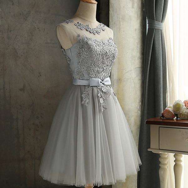 Schnüren Sie sich Stickerei Silber kurze Brautjungfer Kleider Großhandel Hochzeit Abschlussballkleid 2018 Frühling neue Heimkehr Kleid