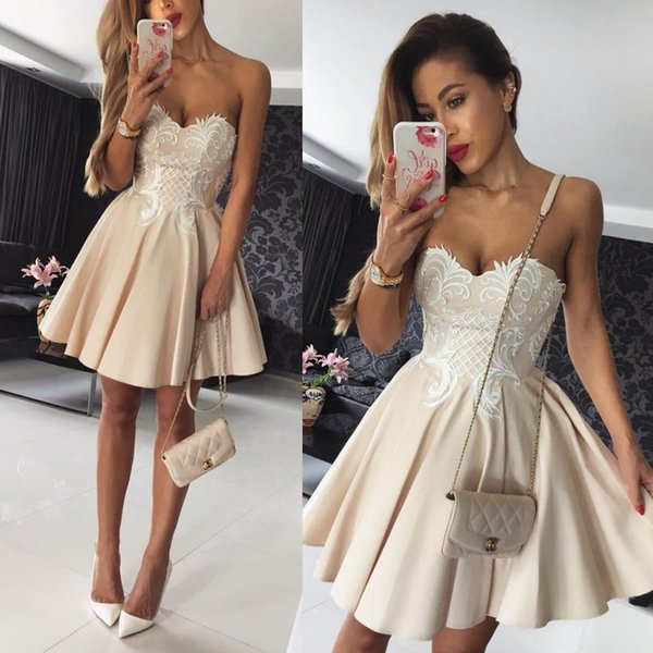 Compre 2018 Vestidos Cortos Para Graduación Sweetheart A Line Satin Champagne Con Apliques De Encaje Blanco Vestidos De Cóctel Personalizados