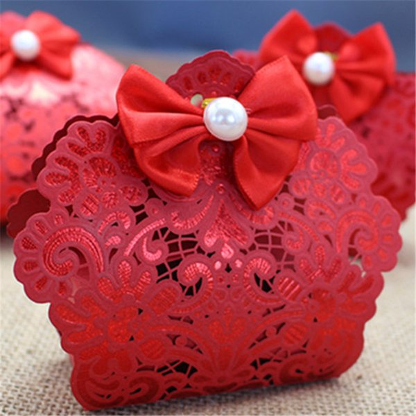 50pcs Red Lace Cut Hollow Candy Bags With Pearls Ribbon Wedding Party Favors Gift Boxes Bags 2018 New Wedding Candy Favor Holders