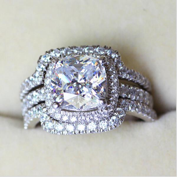 Victoria Wieck Cuscino a forma di 8mm con diamanti 10KT a forma di luccicanti in oro bianco 3-in-1 con anello di fidanzamento a forma di fedi Sz 5-11