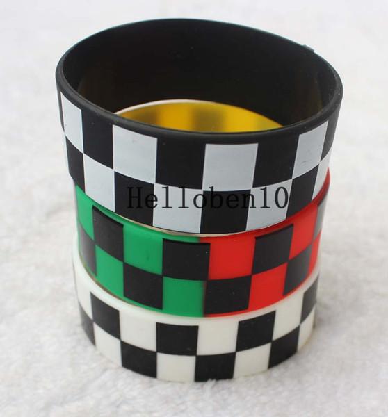 Siyah ve beyaz kareli desenli silikon bilezik bir parti. Toplam üç farklı renk seçilebilir.