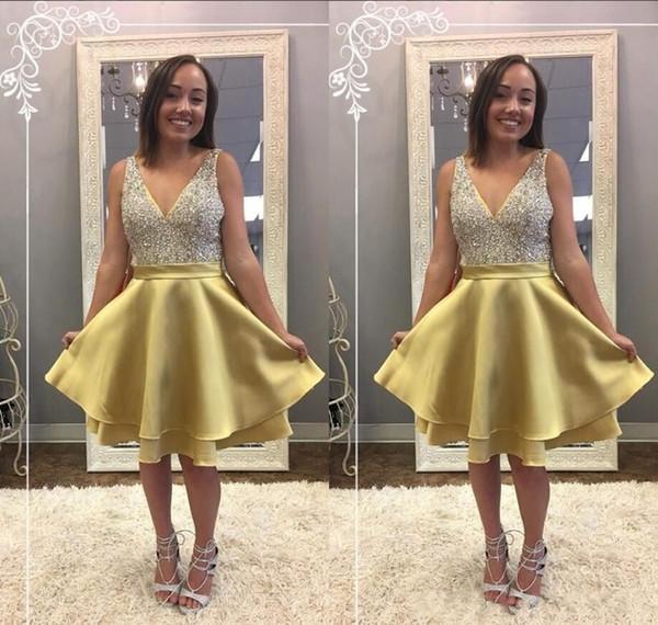 2018 corto de oro una línea de vestidos de cóctel con cuello en v sin mangas de cristal sin mangas longitud de la rodilla árabe con gradas más el tamaño del baile de gala del partido vestidos de fiesta