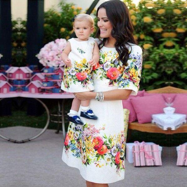 Anne Ve Kızı Elbiseler Aile Eşleştirme Kıyafetler Çiçek Baskı Yuvarlak Boyun A-Line Diz boyu Anne Bebek Kız Yaz Akşam Vintage Elbise